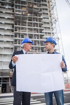 Architecte expliquant le travail à effectuer au responsable du site