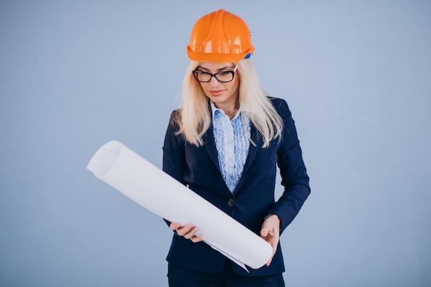 Architecte de femme mature en casque