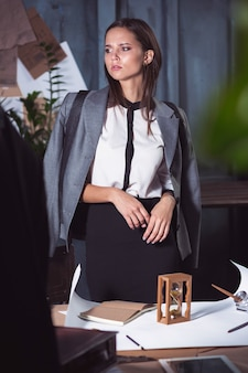 Architecte femme travaillant sur la table à dessin au bureau ou à la maison.