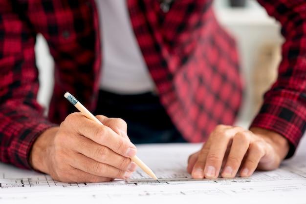 Architecte en gros plan dessinant un nouveau projet