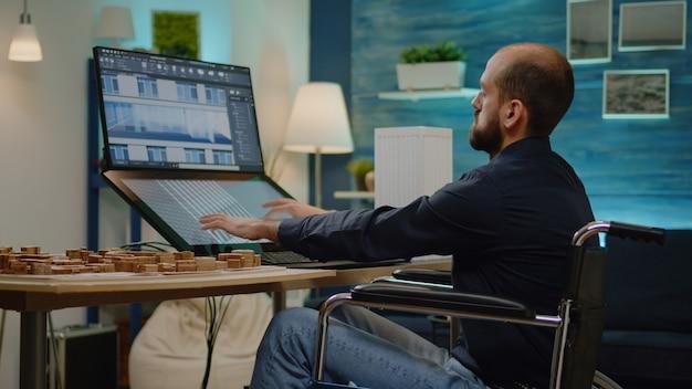 Architecte handicapé utilisant un écran tactile pour le modèle de construction