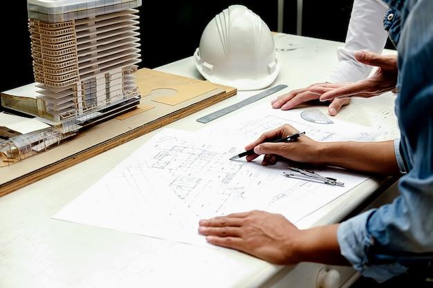 Architecte ou ingénieur design travaillant sur blueprint