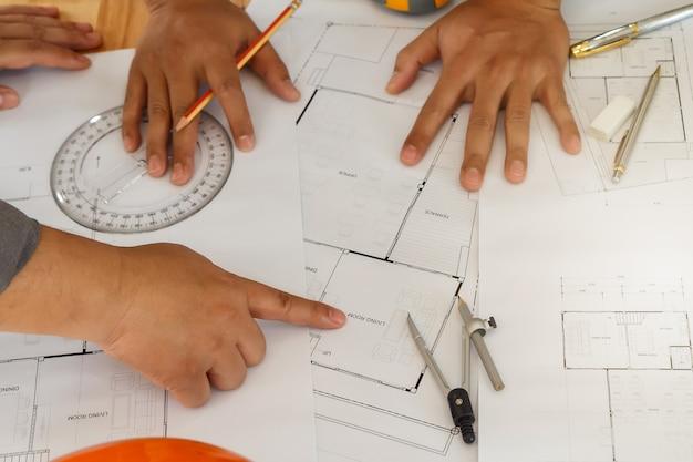 Architecte et ingénieur travaillant sur blueprint