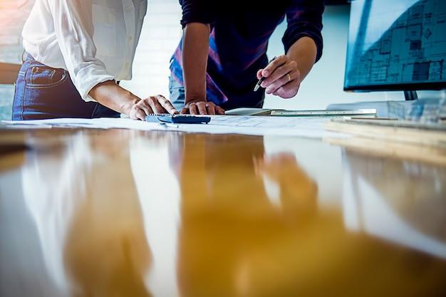Architecte ingénieur travaillant sur le concept de planification. concept de construction