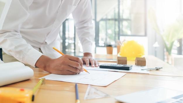 Architecte ou ingénieur travaillant dans le bureau