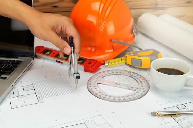 Un architecte ou un ingénieur travaillant sur plan