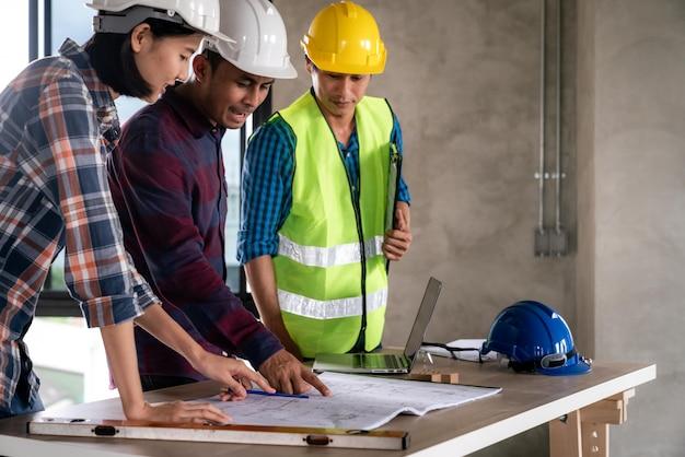 Architecte et ingénieur vérifiant les documents