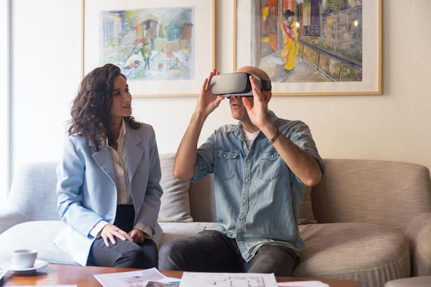 Architecte d'intérieur parlant au client dans un casque vr