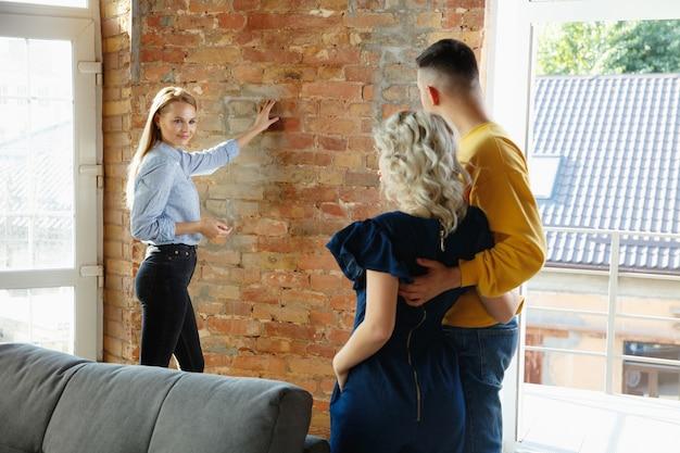 Architecte d'intérieur travaillant avec un jeune couple