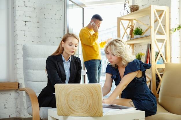 Architecte D'intérieur Travaillant Avec Un Jeune Couple Photo gratuit