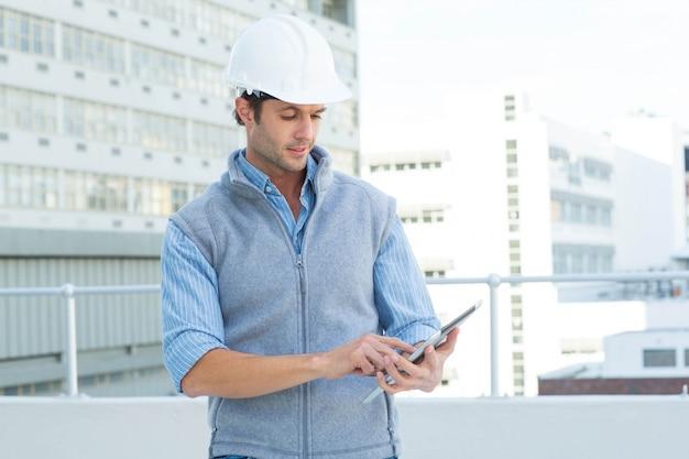 Architecte mâle utilisant une tablette numérique