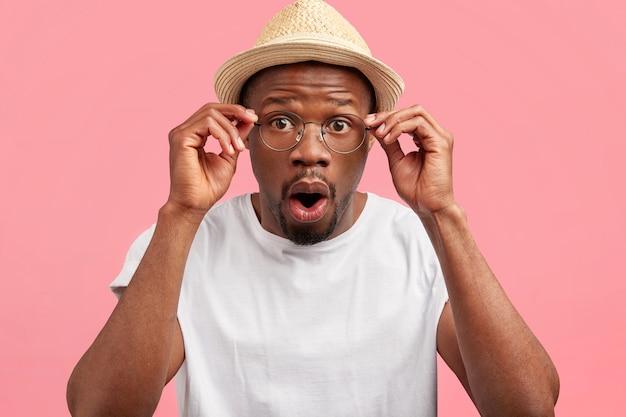 Architecte masculin étonné de race mixte en chapeau de paille