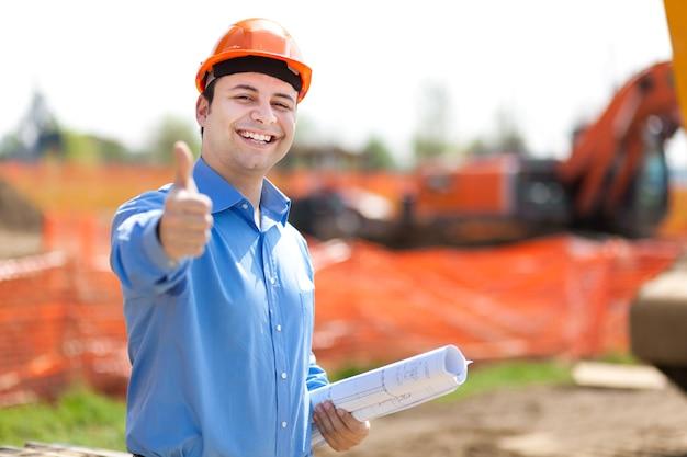 Architecte montrant le signe ok dans un chantier de construction