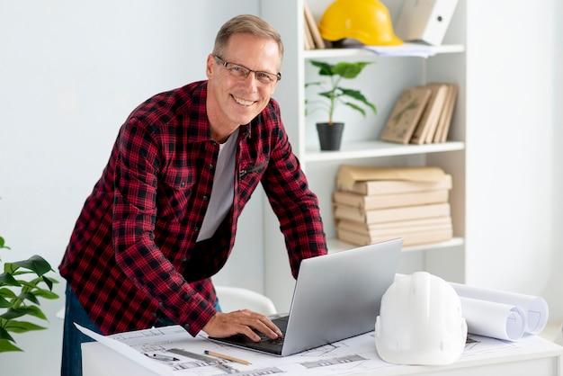 Architecte moyen coup utilisant un ordinateur portable