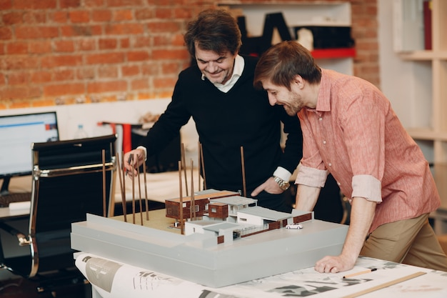 Architecte avec des plans et projet de conception de mise en page au bureau
