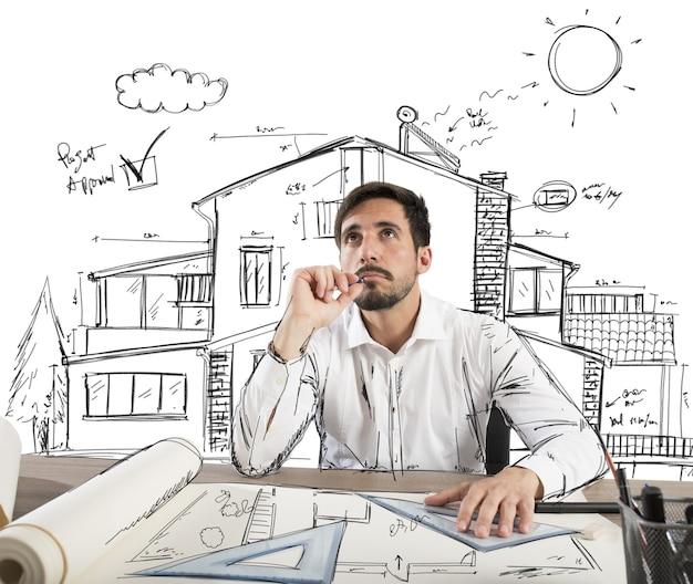 L'architecte réfléchit à la conception d'une maison