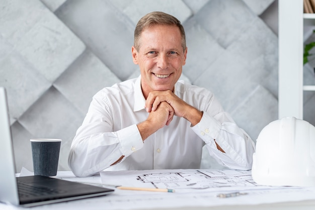 Architecte souriant en regardant la caméra