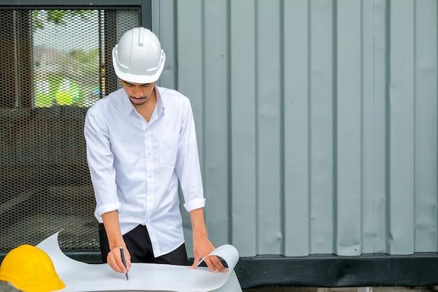 Architecte travaillant sur blueprint., inspecteur ingénieur en milieu de travail.
