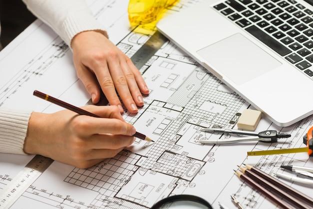 Architecte travaillant sur blueprint