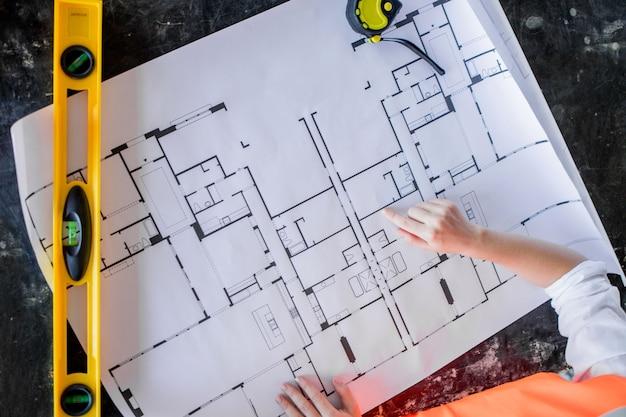 Architecte travaillant sur plan. bureau gros plan avec dessin de plans.