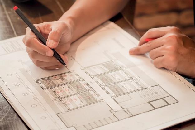 Architecte travaillant sur un plan