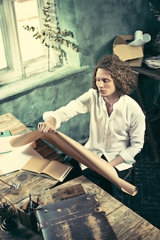 Architecte travaillant sur la table à dessin au bureau