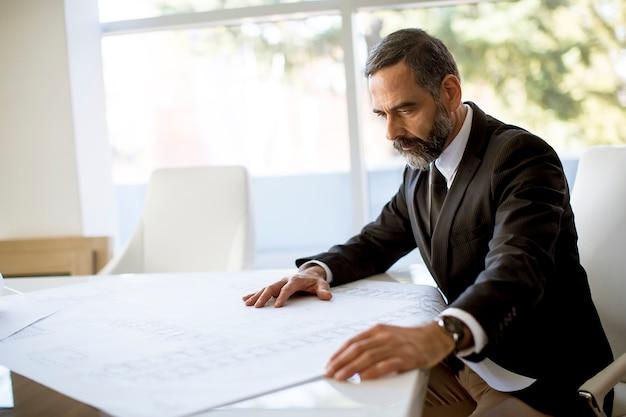Architecte vérifiant les plans et les plans
