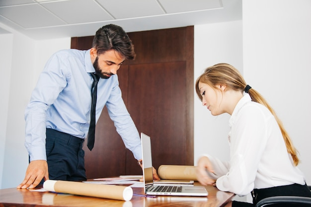 Architectes regardant les documents sur le bureau