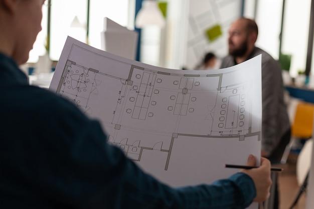 Architectes regardant des plans de plans pour la conception