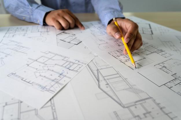 Architectes travaillant sur un ordinateur portable à l'intérieur d'un lieu de travail d'architecte