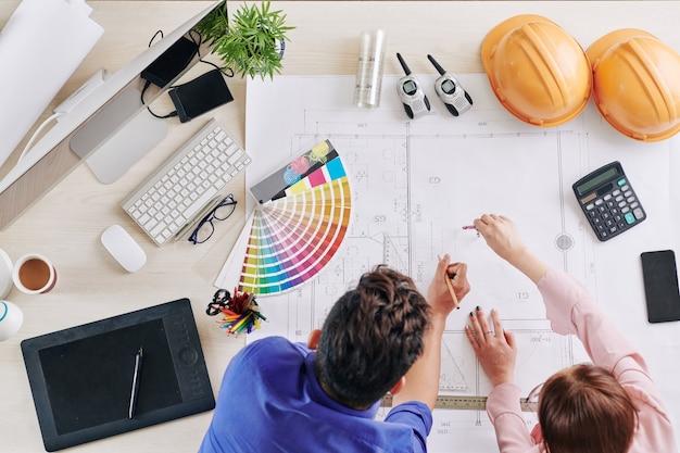 Architectes travaillant sur le plan directeur