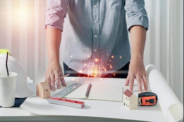 Architectes travaillant avec des plans au bureau, inspection sur le lieu de travail pour un plan architectural. concept de construction.