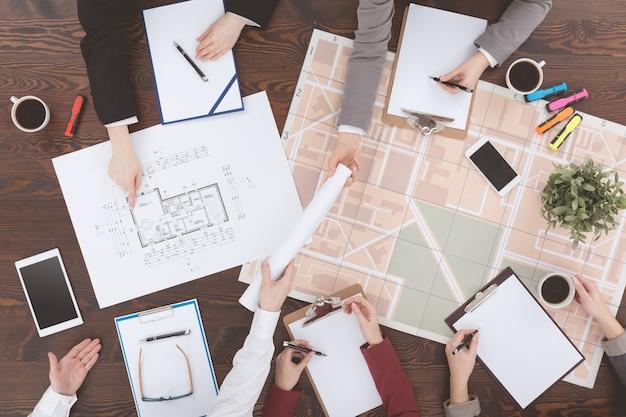 Architectes travaillant sur des plans