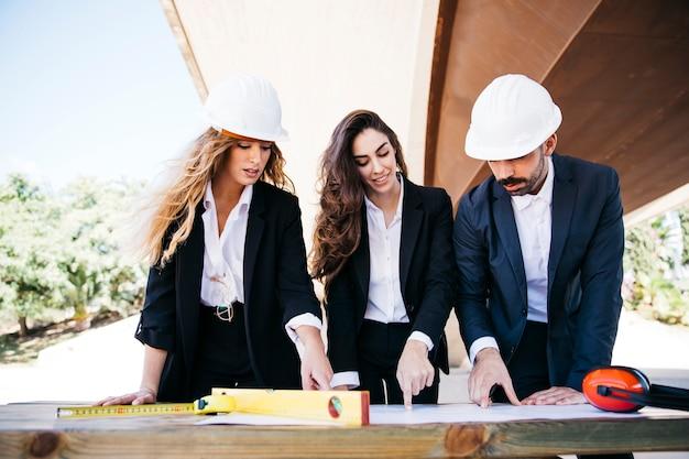 Architectes travaillant sur le projet