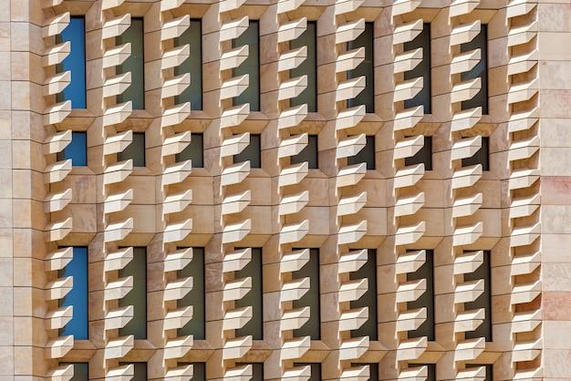 Une architecture abstraite avec les escaliers à motifs sur le mur à malte