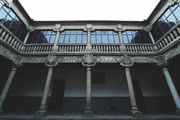 Une architecture ancienne aux fenêtres renouvelées