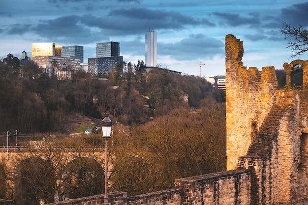 Architecture ancienne et moderne en contraste dans la ville de luxembourg