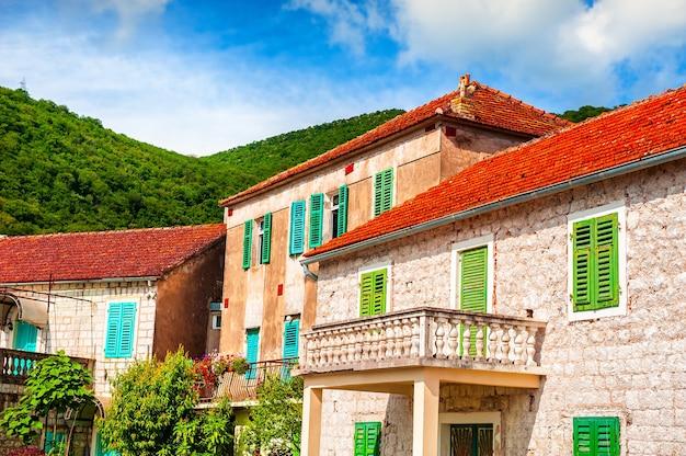 Architecture ancienne avec des toits de tuiles rouges à tivat, monténégro. paysage d'été. destination de voyage célèbre.