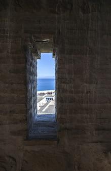Architecture arabe dans l'ancienne médina. rues, portes, fenêtres, détails. tanger, maroc