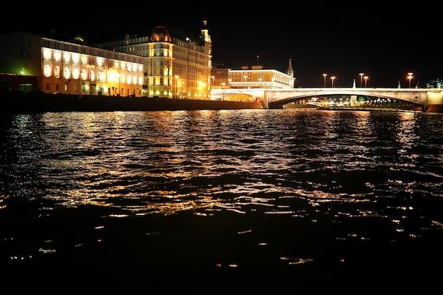 Architecture de la capitale de la russie la nuit avec un éclairage lumineux