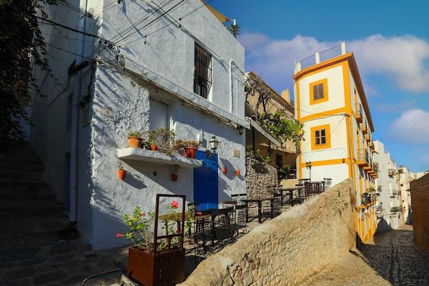 Architecture dans la vieille ville d'eivissa sur l'île d'ibiza, espagne. style méditerranéen.