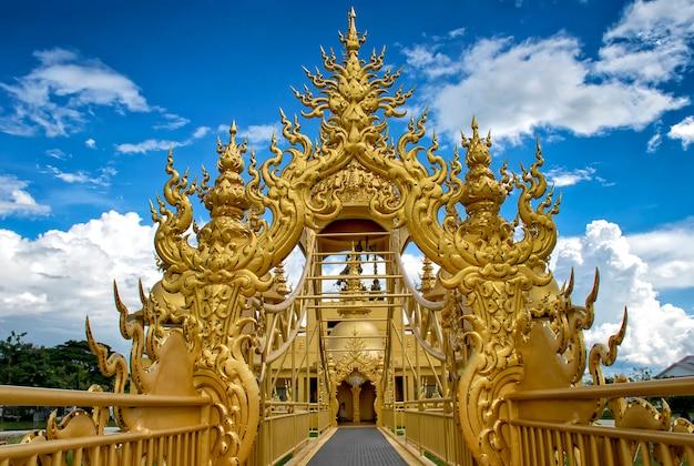L'architecture dorée du temple wat rong khun (temple blanc) à chiangrai en thaïlande
