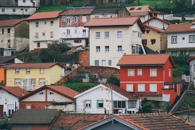 Architecture de maisons et bâtiments dans la ville de bilbao, en espagne