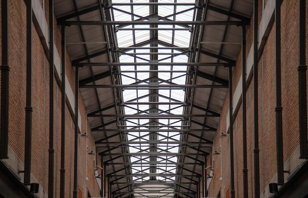 Architecture moderne avec brique en acier et toit transparent