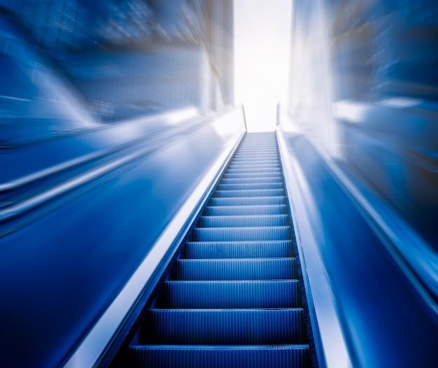 Architecture moderne - l'escalier roulant se déplace vers le haut