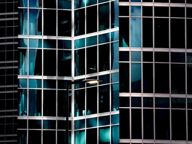 Architecture moderne avec des murs en verre bleu