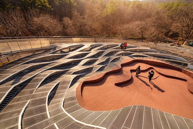 Architecture de passerelle au coucher du soleil dans le parc public d'art anyang, corée du sud.