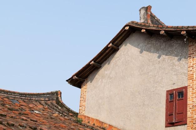 Architecture traditionnelle chinoise avec briques et tuiles rouges
