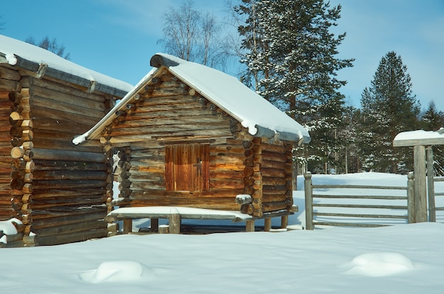Architecture traditionnelle russe en bois - grenier, village de malye karely, région d'arkhangelsk, russie