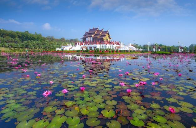 Architecture traditionnelle thaïlandaise dans le style lanna